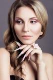 Красивая девушка с длинными ногтями Стоковое Изображение