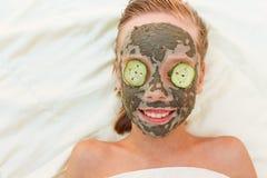 Красивая девушка с лицевой глиной, маской огурца Стоковые Изображения RF