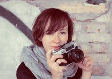 Красивая девушка с камерой зеркала ретро одиночной линзы рефлекторной Стоковые Изображения