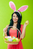 Красивая девушка с корзиной пасхальных яя i Стоковое фото RF