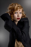 Красивая девушка с красивыми волосами в сером пальто Стоковые Изображения RF