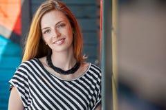 Красивая девушка с красными волосами усмехаясь 01 Стоковое Фото