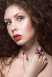 Красивая девушка с красными губами и кольцом  Стоковое фото RF