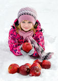 Красивая девушка с красными яблоками на снеге Стоковые Изображения RF