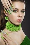 Красивая девушка с ногтями и bri длинного зеленого цвета Стоковое Изображение
