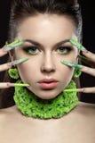 Красивая девушка с ногтями и bri длинного зеленого цвета Стоковые Фото