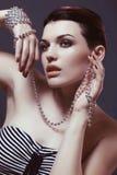 Красивая девушка с ожерельем жемчуга в руке, тонизируя Стоковая Фотография RF