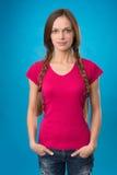 Красивая девушка с отрезками провода на голубой предпосылке Стоковое фото RF