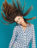 Красивая девушка с превращаясь представлять волос Стоковое фото RF