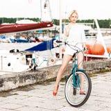 Красивая девушка с пристанью велосипеда города на море Стоковое Изображение RF