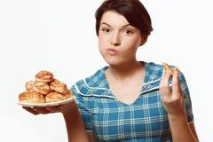 Красивая девушка с плитой продуктов хлебопекарни, диетой, калориями Стоковые Фото