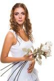 Красивая девушка с розами на изолированной белизне Стоковые Фотографии RF