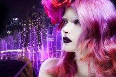 Красивая девушка с розовыми волосами, профилем против стоковое фото rf