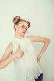 Красивая девушка с смешным стилем причёсок Стоковое фото RF