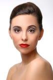Красивая девушка с совершенной губной помадой кожи и красного цвета стоковые изображения rf