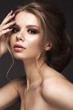 Красивая девушка с совершенной кожей, выравнивающ состав, wedding стиль причёсок Сторона красотки Стоковые Фото