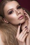 Красивая девушка с совершенной кожей, выравнивающ состав, wedding стиль причёсок Сторона красотки стоковое фото