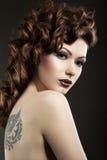Красивая девушка с совершенной кожей и вечер делают Стоковые Фото