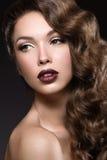 Красивая девушка с совершенной кожей, темными губами и cu Стоковые Фотографии RF