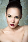 Красивая девушка с совершенными губами кожи и вина Стоковое Изображение RF
