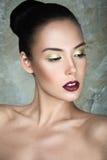 Красивая девушка с совершенными губами кожи и вина Стоковое Фото