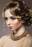 Красивая девушка с совершенным makeu кожи и вечера Стоковые Изображения RF