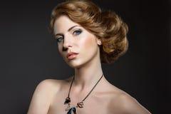 Красивая девушка с совершенным makeu кожи и вечера Стоковое Фото