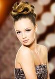 Красивая девушка с современным стилем причёсок стоковые изображения rf