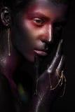 Красивая девушка с составом космоса искусства на ее стороне и теле Сторона яркого блеска стоковые фотографии rf