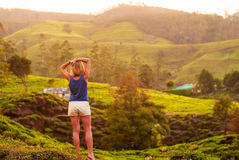 Красивая девушка с спорт вычисляет смотреть горы Стоковое Изображение
