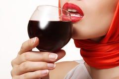 Красивая девушка с стеклом красного вина в руке, губах Стоковая Фотография RF