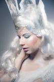 Красивая девушка с творческим компенсирует Новый Год Зима po Стоковые Фото