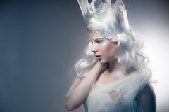 Красивая девушка с творческим компенсирует Новый Год Зима po Стоковое Изображение