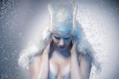 Красивая девушка с творческим компенсирует Новый Год Зима po Стоковое Изображение RF