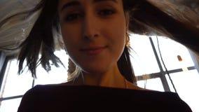Красивая девушка, с течь длиной свободно волосы темного коричневого цвета сток-видео