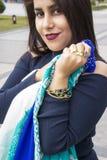 Красивая девушка с турецкими головными платками и украшениями антиквариата золота Стоковое Изображение