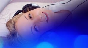 Красивая девушка слушая к музыке, предпосылке музыки Стоковое Изображение