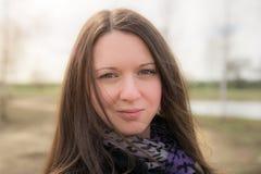 Красивая девушка с фиолетовым шарфом Стоковое фото RF