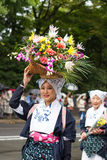 Красивая девушка с цветками - Jidai Matsuri Стоковое Изображение RF