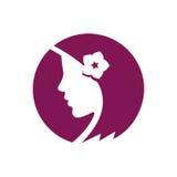 Красивая девушка с цветком в волосах Стоковые Фотографии RF