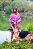 Красивая девушка с чабаном около озера Стоковые Изображения RF