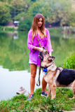 Красивая девушка с чабаном около озера Стоковая Фотография