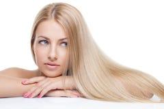Красивая девушка с шелковистыми светлыми волосами стоковые фото
