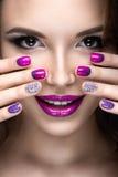 Красивая девушка с ярким составом вечера и фиолетовый маникюр с стразами Дизайн ногтя Сторона красотки Стоковое Фото