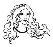 Красивая девушка с frizzy волосами Стоковые Фотографии RF