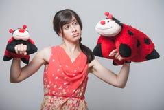 Красивая девушка с ladybugs на ее руках Стоковое Изображение RF