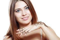 Красивая девушка с mehandi Стоковые Фотографии RF