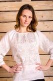 Красивая девушка танцев в костюме заполированности украинца национальном традиционном одевает счастливую улыбку, полнометражный п Стоковая Фотография