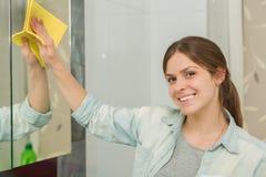 Красивая девушка убирая вверх ее дом Стоковая Фотография RF
