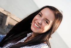 Красивая девушка усмехаясь в шлюпке Стоковые Фото